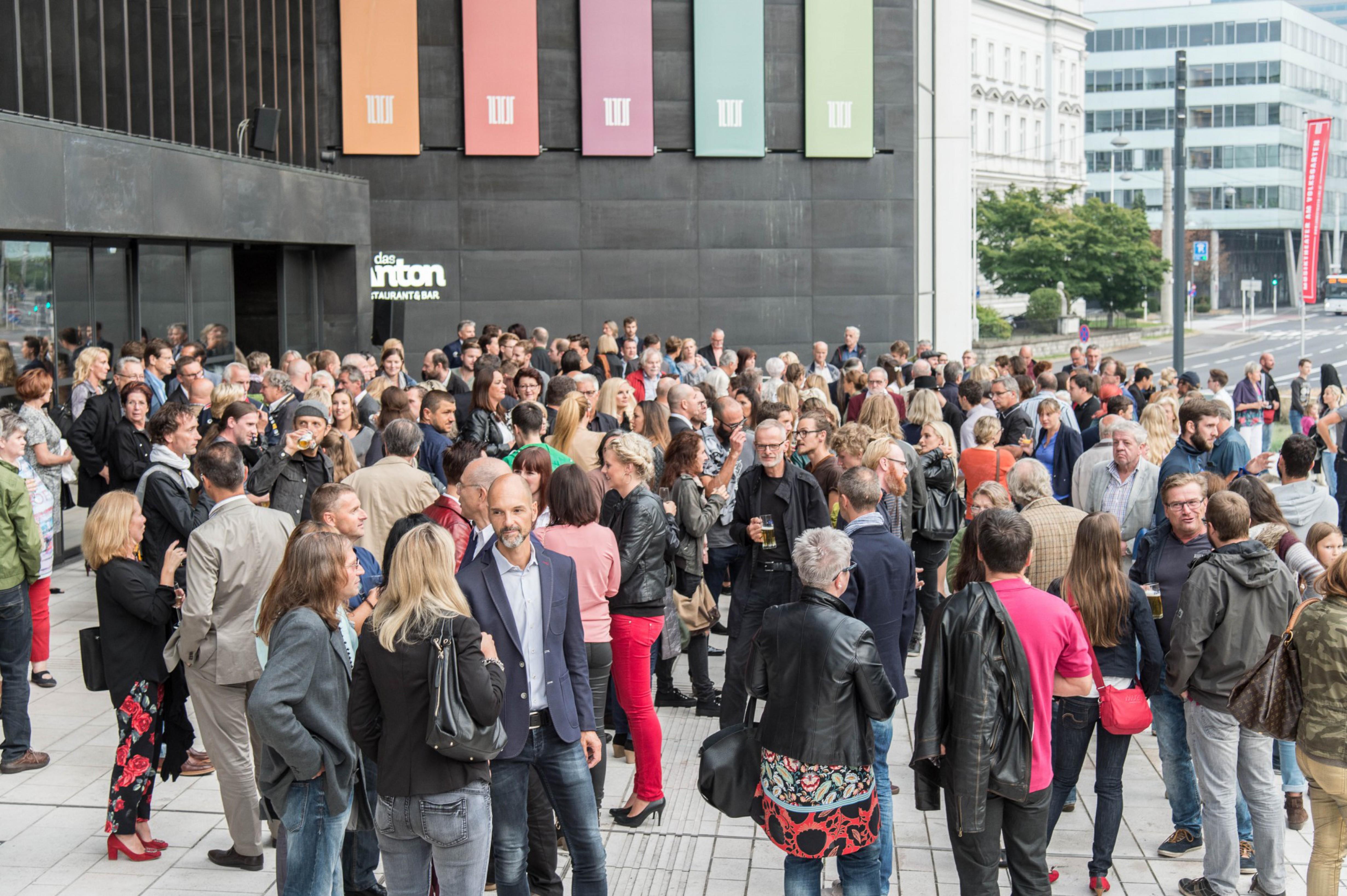 Mehr als 400 Gäste kamen am 20.8.2015 zur Eröffnungsvernissage der Ausstellung Menschenbilder OÖ in das Linzer Musiktheater. In einem sehr würdigen Rahmen wurde die gelungene Ausstellung feierlich eröffnet. Die Werke sind noch bis 20. September 2015 im Volksgarten – direkt vor dem Linzer Musiktheater – zu sehen. Ausstellungskatalog als PDF […]