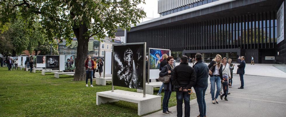 """Die Landesinnung der Berufsfotografen Oberösterreich organisiert nach dem großen Erfolg der Menschenbilder-Tour 2016 wieder eine spektakuläre Ausstellung im Volksgarten vor dem Linzer Musiktheater. Gezeigt werden ausgewählte Foto Meisterwerke oberösterreichischer Berufsfotografen auf sogenannten """"Beton-Bild-Bänken"""" mit einem Bildformat von 1,4 x 1,4m. Eine sehr lebendige Ausstellungsform, denn die Bild-Bänke laden auch zum […]"""